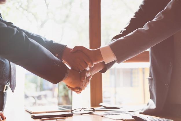 Geschäftsleute, die nach abschluss eines meetings händeschütteln