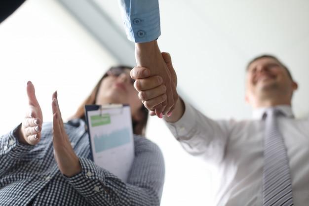 Geschäftsleute, die nach ihrem treffen händeschütteln