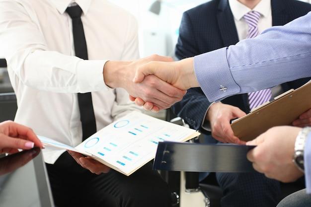 Geschäftsleute, die nach produktiver überlegung waffen schlagen