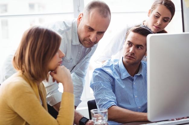 Geschäftsleute, die nachdenklichen mitarbeiter betrachten