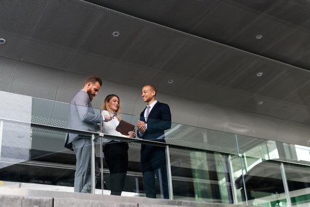 Geschäftsleute, die pläne besprechen
