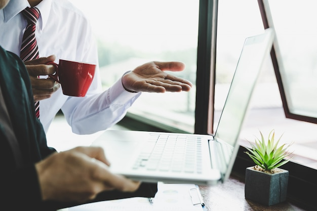 Geschäftsleute, die planungs-strategie-analyse auf neuem geschäftsprojekt konzept treffen
