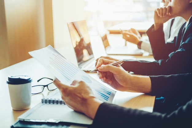 Geschäftsleute, die planungs-strategie-analyse-konzept auf zukünftigen plänen zu den kollegen treffen