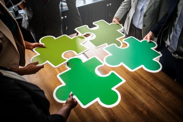 Geschäftsleute, die puzzleteile verbinden