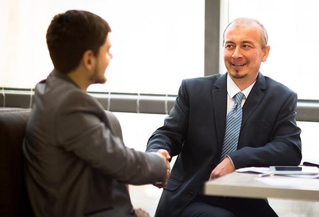 Geschäftsleute, die sich die hände schütteln, um ein meeting zu beenden