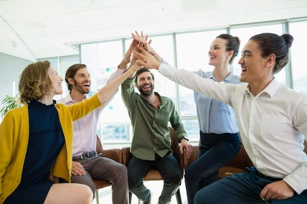 Geschäftsleute, die sich gegenseitig hohe fünf geben