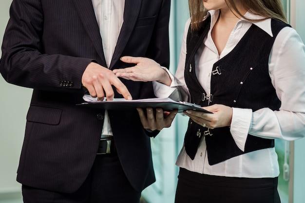 Geschäftsleute, die sich nach abschluss eines meetings als vereinbarung die hand geben