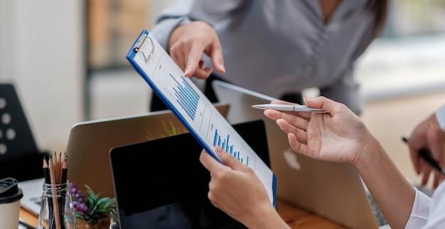 Geschäftsleute, die sich treffen, um die situation auf dem markt zu diskutieren. finanzielles geschäftskonzept