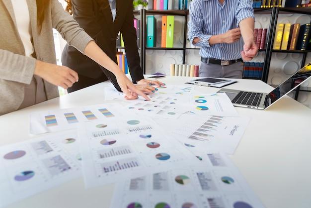Geschäftsleute, die sich über brainstorming über die arbeit im büro treffen.