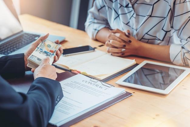 Geschäftsleute, die sich zur entscheidung treffen, vertrag unterschreiben und geld zahlen. anlagekonzept