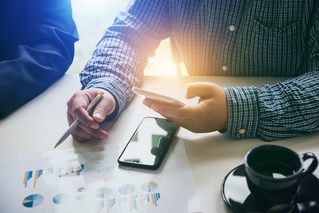 Geschäftsleute, die smartphones verwenden, um soziale verbindungen schneller herzustellen.
