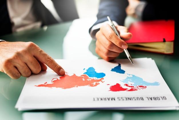 Geschäftsleute, die sprechenstrategie-investitions-konzept treffen