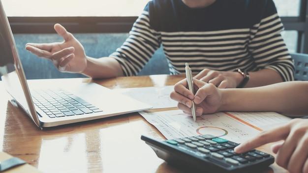 Geschäftsleute, die statistiken analysieren geschäftsdokumente, finanzkonzept