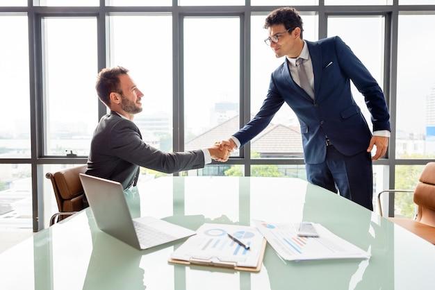 Geschäftsleute, die strategie-händedruck-konzept treffen