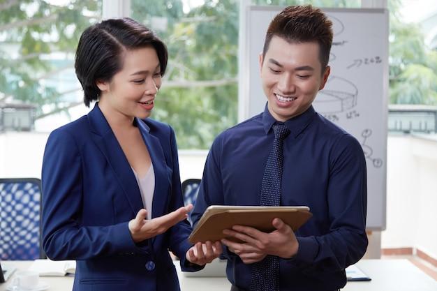 Geschäftsleute, die tabletten-pc verwenden