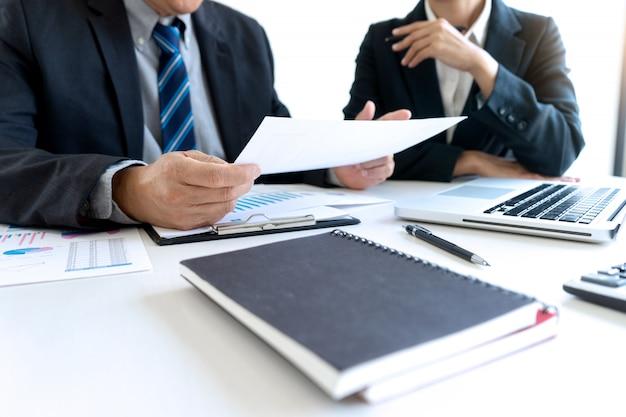 Geschäftsleute, die treffen mit projektmanagern haben