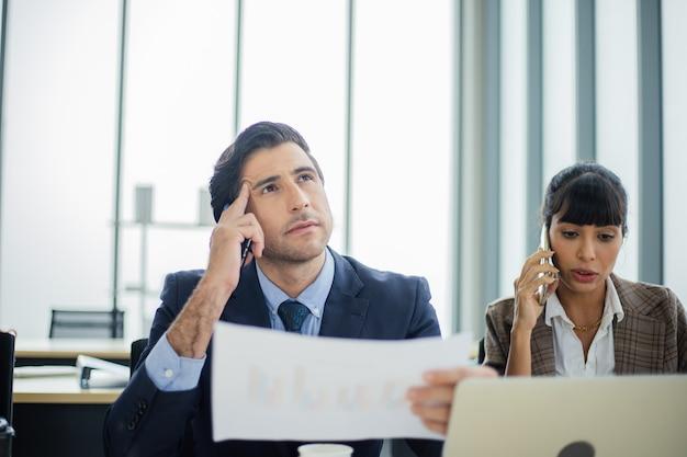 Geschäftsleute, die über das projekt nachdenken und sich sorgen machen.