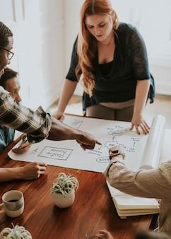 Geschäftsleute, die über ein papier brainstormen
