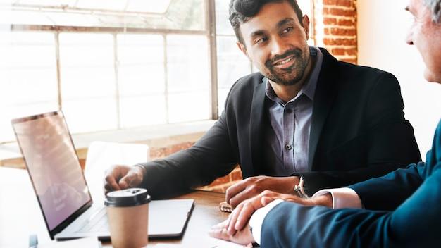 Geschäftsleute, die über ihren geschäftsplan sprechen