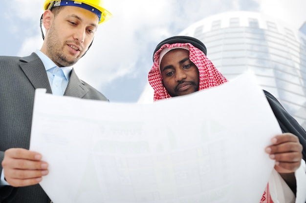 Geschäftsleute, die über neues gebäude sich beraten lassen