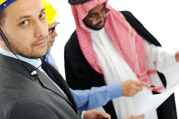 Geschäftsleute, die über neues projekt bei mittlerem osten beraten