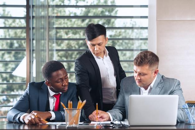 Geschäftsleute, die um einen sitzungssaaltisch sich treffen, der strategie bespricht