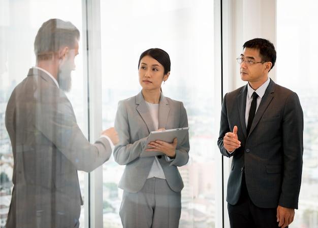 Geschäftsleute, die unternehmensangelegenheiten diskutieren