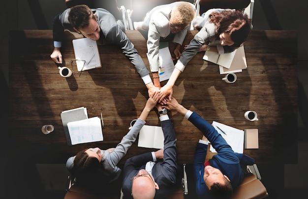 Geschäftsleute, die unternehmensverbindungs-zusammengehörigkeits-konzept treffen