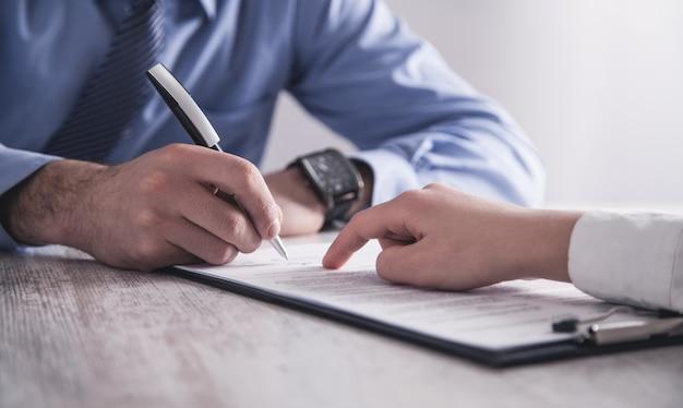 Geschäftsleute, die vertrag unterzeichnen. geschäftskonzept