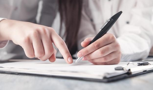 Geschäftsleute, die vertrag unterzeichnen. unternehmenskonzept