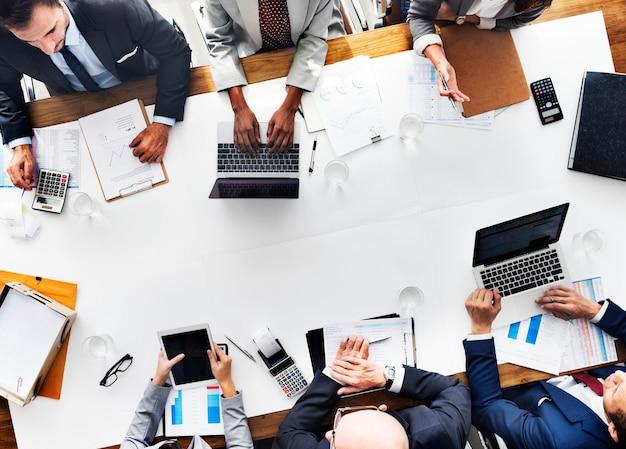 Geschäftsleute, die wachstums-erfolgs-ziel-wirtschaftliches konzept treffen