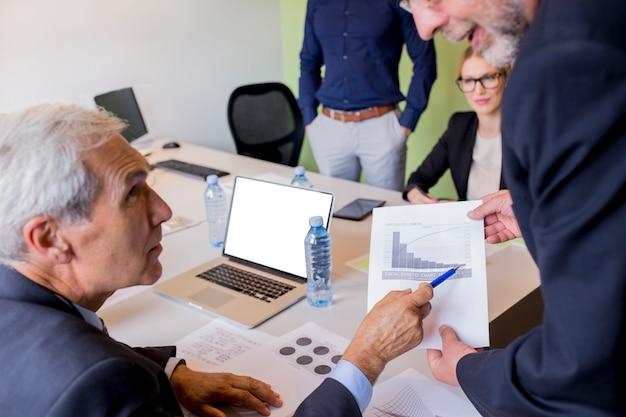 Geschäftsleute, die während eines treffens sich besprechen