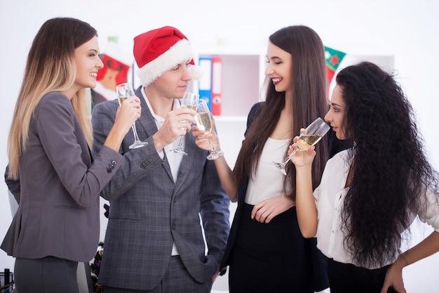 Geschäftsleute, die weihnachten feiern.