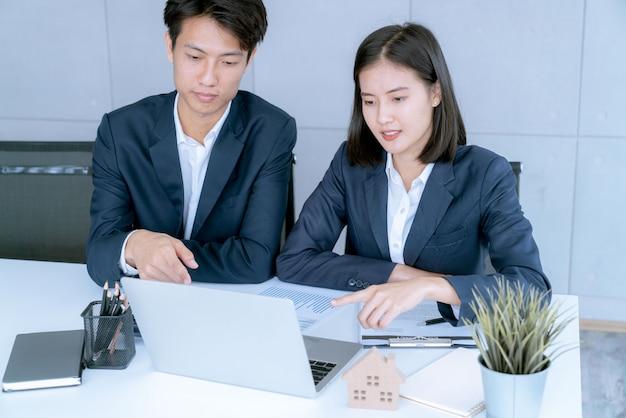 Geschäftsleute, die zinsen, steuern und gewinne berechnen, um in immobilien und eigenheimkäufe zu investieren