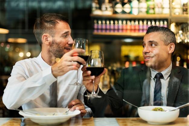 Geschäftsleute, die zu mittag essen