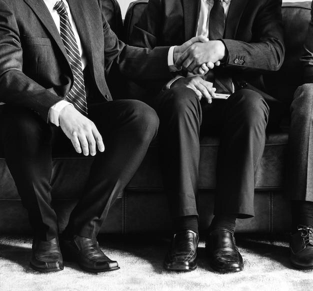 Geschäftsleute, die zusammen auf couch sitzen