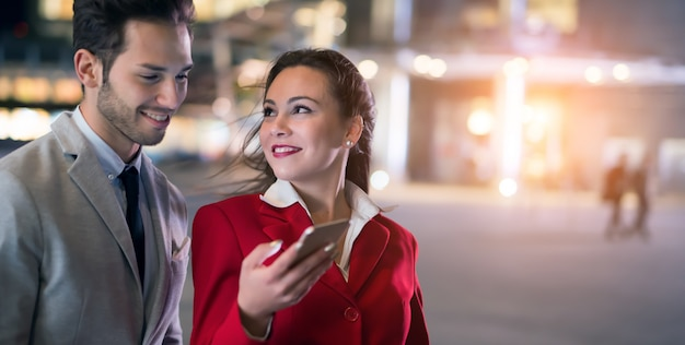 Geschäftsleute, die zusammen ein mobiltelefon verwenden
