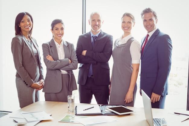Geschäftsleute, die zusammen im konferenzraum stehen