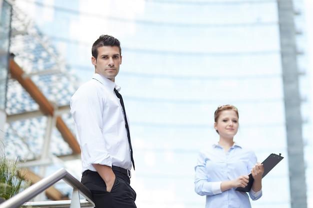 Geschäftsleute, die zusammen in der städtischen stadt arbeiten