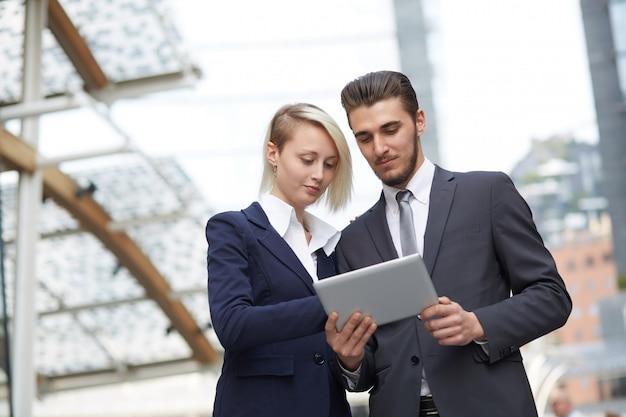 Geschäftsleute, die zusammen in der städtischen umwelt arbeiten