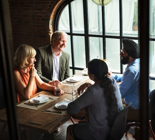 Geschäftsleute, die zusammen konzept essen