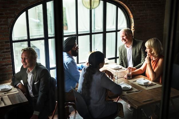 Geschäftsleute, die zusammen konzept speisen