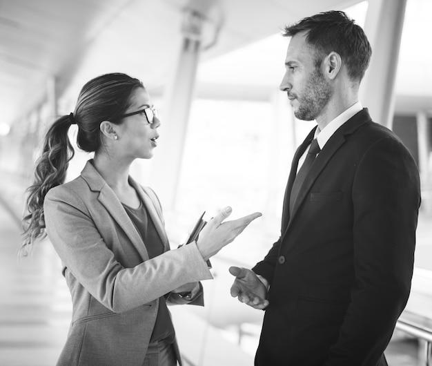 Geschäftsleute diskussions-kommunikations-zusammengehörigkeits-konzept