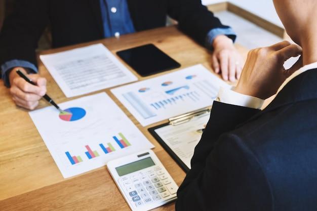 Geschäftsleute diskutieren analyse der performance-wachstum der aktienfonds