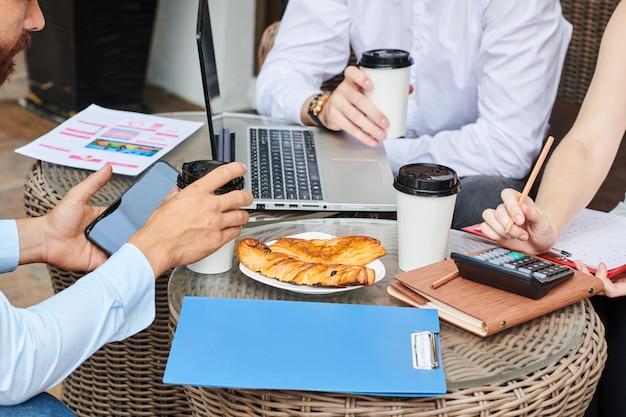 Geschäftsleute diskutieren berichte und statistiken
