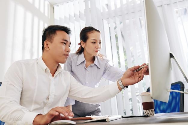 Geschäftsleute diskutieren daten auf dem bildschirm