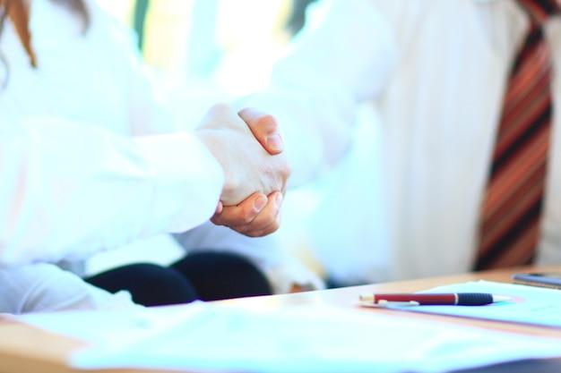 Geschäftsleute diskutieren den deal