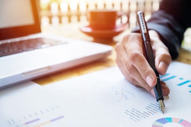 Geschäftsleute diskutieren finanzielle charts - closeup schuss von händen über tabelle
