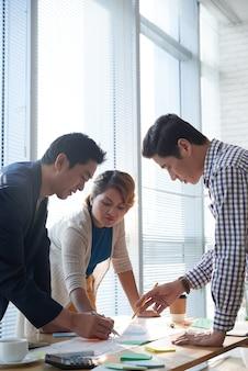 Geschäftsleute diskutieren marketingstrategie
