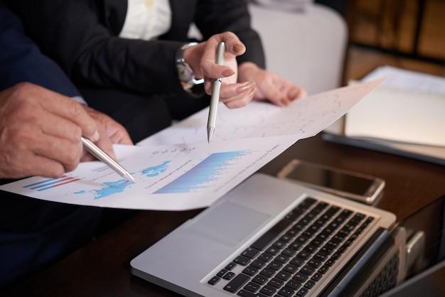Geschäftsleute diskutieren über die unternehmensentwicklung